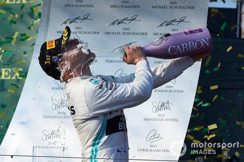 Valtteri Bottas, Mercedes AMG F1, vincitore, si spruzza lo champagne in faccia