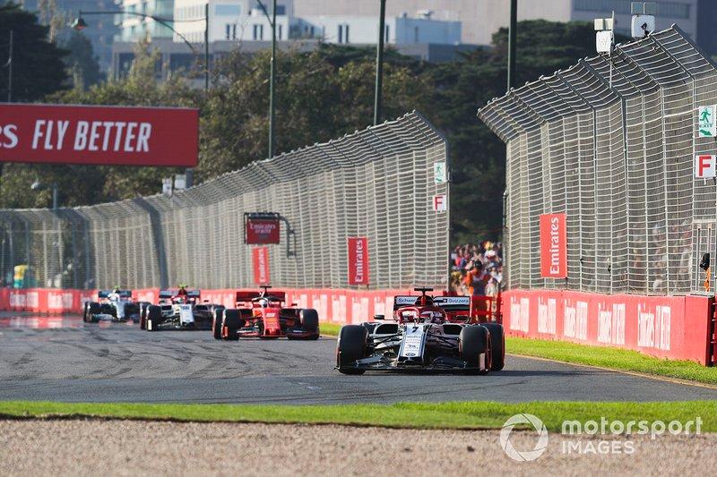Kimi Raikkonen, Alfa Romeo Racing C38, precede Sebastian Vettel, Ferrari SF90, e Antonio Giovinazzi, Alfa Romeo Racing C38