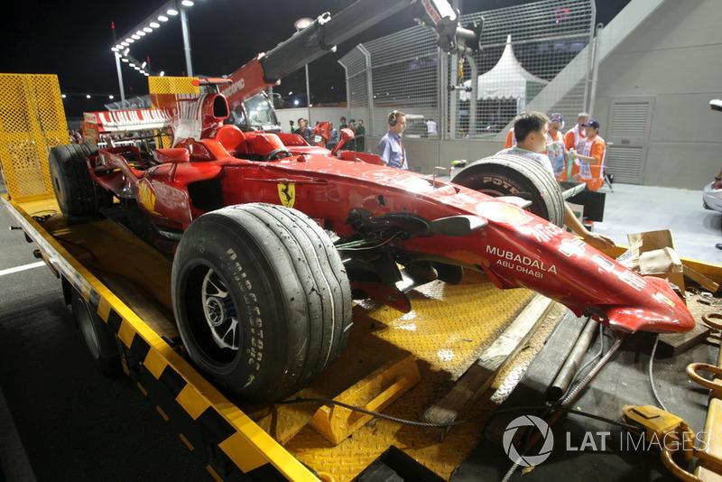 Полный провал Ferrari в Сингапуре довершил Райкконен: не справился с управлением на высоких поребриках 10-го поворота и смачно врезался в стену