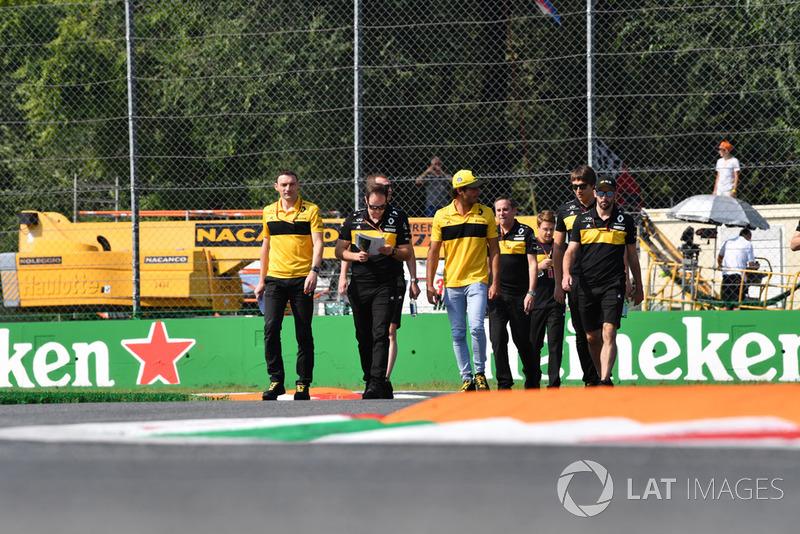 Carlos Sainz Jr., Renault Sport F1 Team parcourt la piste à pied