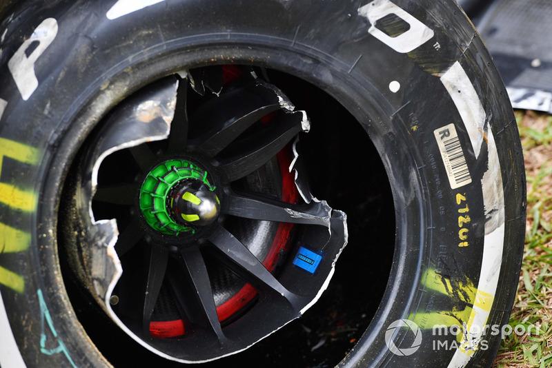 La monoposto incidentata di Nico Hulkenberg, Renault Sport F1 Team R.S. 18, nelle FP2