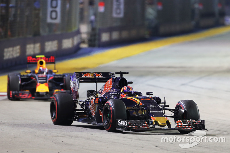 Daniil Kvyat, Scuderia Toro Rosso STR11 y Max Verstappen, Red Bull Racing RB12