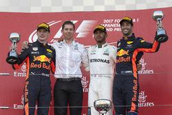 Le deuxième, Max Verstappen, Red Bull, James Vowles, stratège en chef de Mercedes AMG F1, le vainqueur Lewis Hamilton, Mercedes AMG F1, le troisième, Daniel Ricciardo, Red Bull Racing, sur le podium