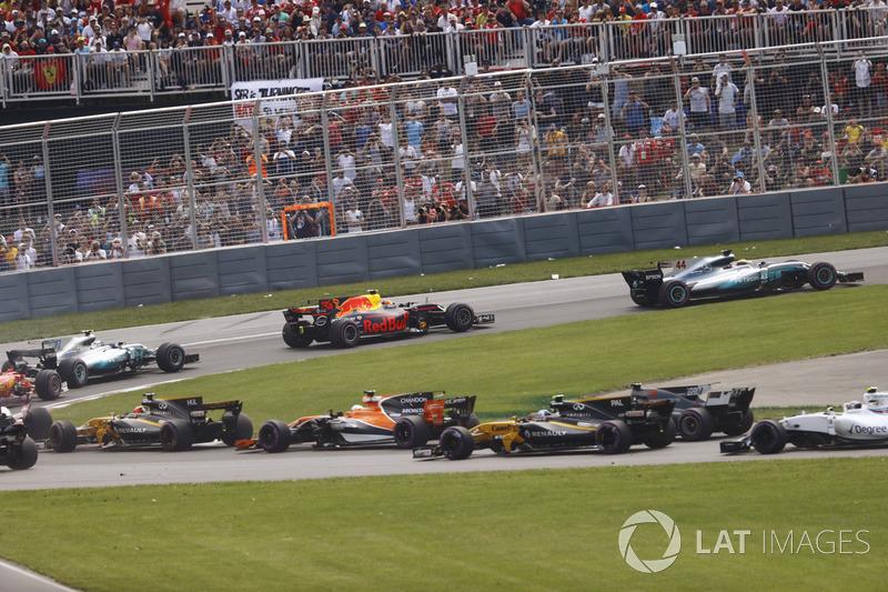 Старт гонки: Льюис Хэмилтон, Mercedes AMG F1 W08, Макс Ферстаппен, Red Bull Racing RB13, Валттери Бо