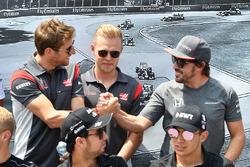 Romain Grosjean, Haas F1, Kevin Magnussen, Haas F1 y Fernando Alonso, McLaren