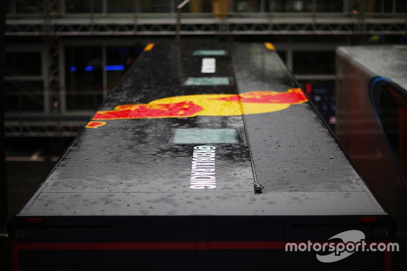 La lluvia cae sobre el camión de Red Bull Racing en el paddock