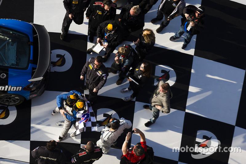 Ganadores de la carrera #12 Bodymotion Racing Porsche Cayman GT4: Cameron Cassels, Trent Hindman
