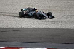 Lewis Hamilton, Mercedes-Benz F1 W08 sort dans les graviers