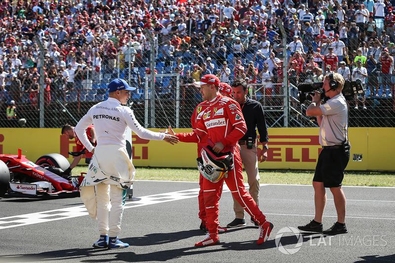 Tercero Valtteri Bottas, Mercedes AMG F1, segundo Kimi Raikkonen, Ferrari y el ganador de la pole Sebastian Vettel, Ferrari celebra en parc ferme