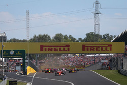 Sebastian Vettel, Ferrari SF70-H, führt am Start