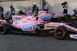 Esteban Ocon, Sahara Force India VJM10 pits, a rear puncture