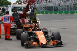 El coche de Fernando Alonso, McLaren MCL32 es quitado de la pista