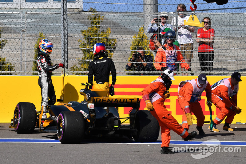 Jolyon Palmer, Renault Sport F1 Team RS17 crashed on lap one