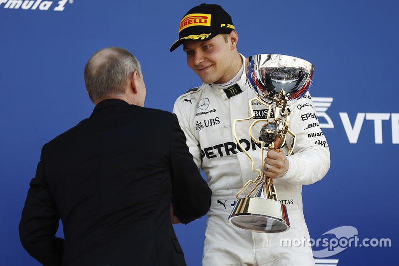 Подиум: победитель Валттери Боттас, Mercedes AMG F1, и Владимир Путин