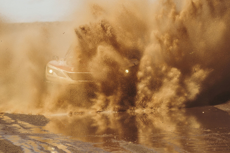 Cyril Despres neemt een modderbad