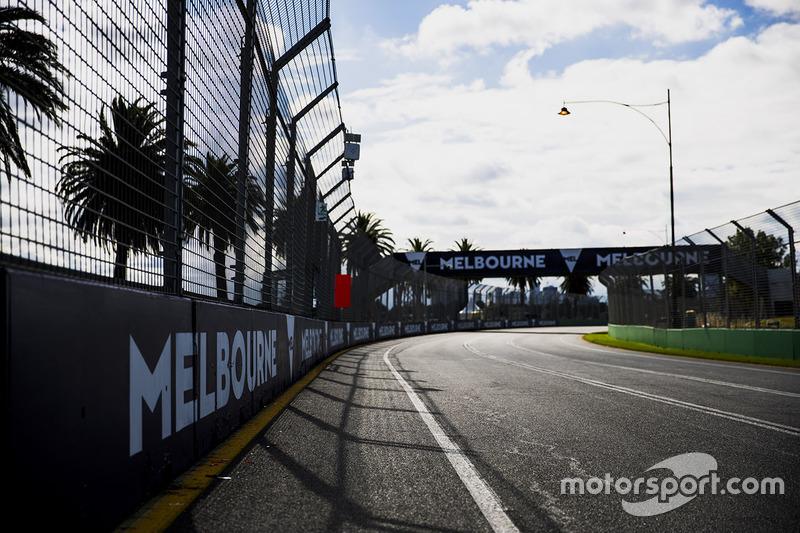 Aspectos de la pista, incluyendo señalización de Melbourne