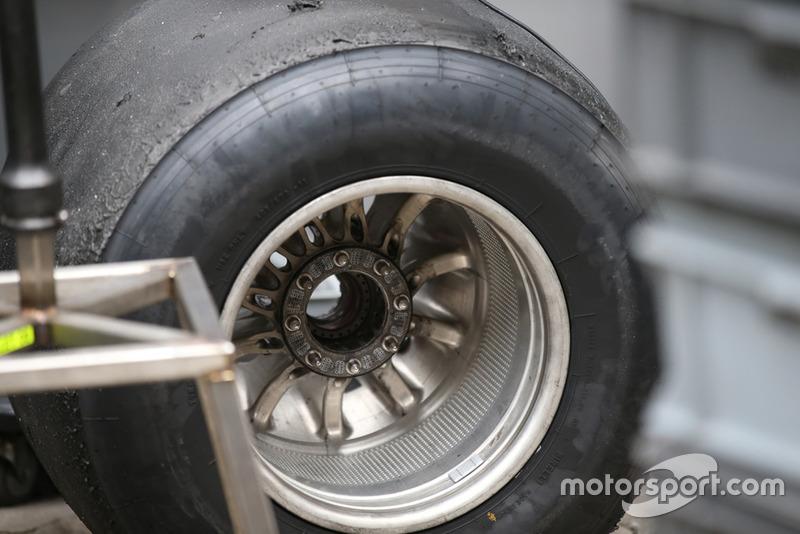 Haas F1 Team VF-18, dettaglio del cerchio della ruota posteriore