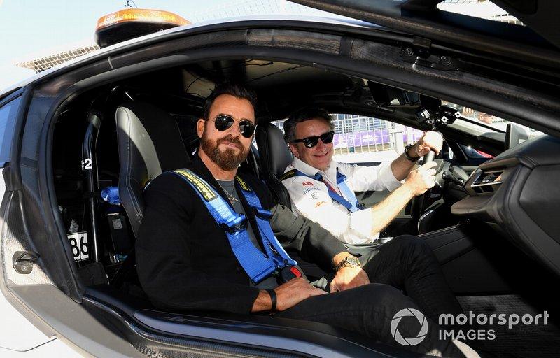 Actor Justin Theroux en el safety car