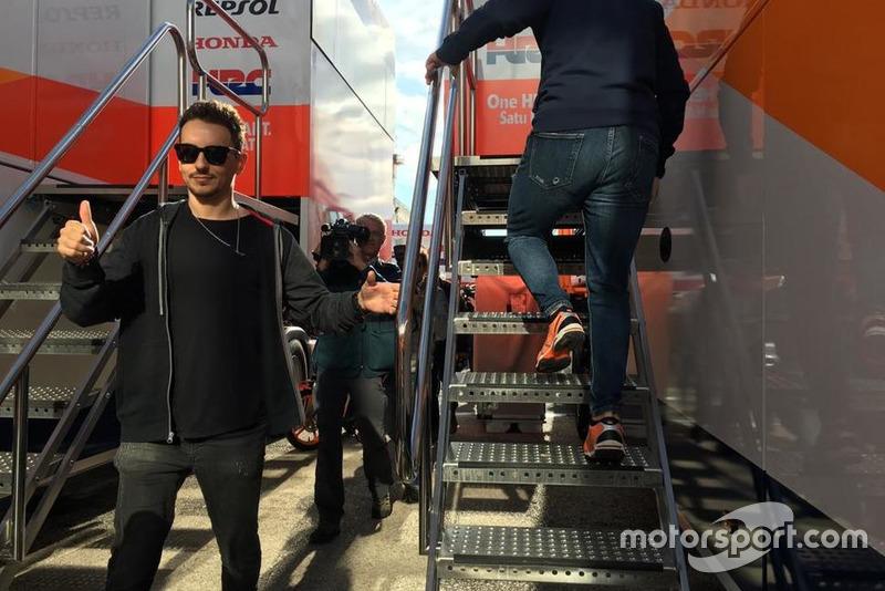 Jorge Lorenzo aan de Repsol Honda truck