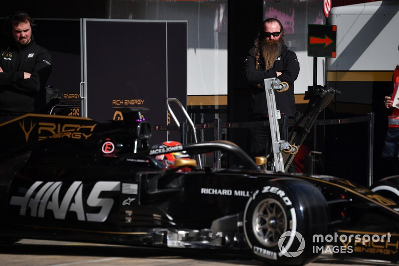 William Storey, fondateur de Rich Energy, observe Kevin Magnussen, Haas F1 Team VF-19