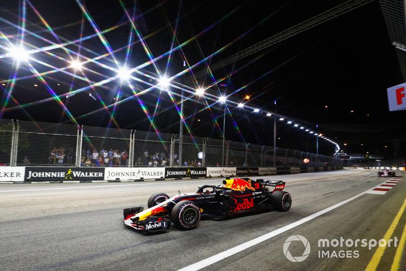 Daniel Ricciardo, Red Bull Racing RB14, precede Sergio Perez, Racing Point Force India VJM11
