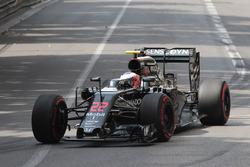 Jenson Button, McLaren MP4-31 met gebroken voorvleugel