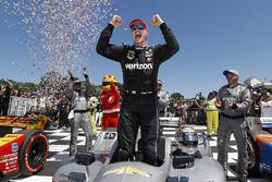 Переможець гонки Джозеф Ньюгарден , Team Penske Chevrolet
