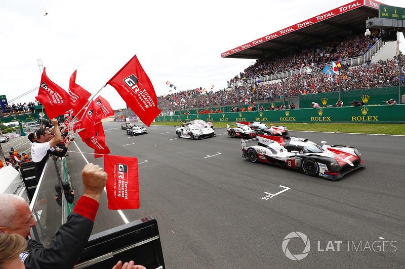Los Toyota Gazoo Racing Toyota TS050 #8 de Sébastien Buemi, Kazuki Nakajima, Fernando Alonso, y el #7 de Mike Conway, Kamui Kobayashi, Jose Maria Lopez hacen doblete