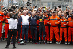 Daniel Ricciardo, Red Bull Racing, celebrates victory with Adrian Newey, Chief Technical Officer, Red Bull Racing, Helmut Markko, Consultant, Red Bull Racing and Christian Horner, Team Principal, Red Bull Racing