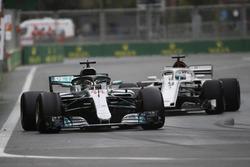 Льюис Хэмилтон, Mercedes AMG F1 W09, и Маркус Эрикссон, Alfa Romeo Sauber C37