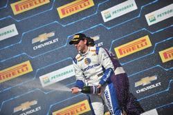 Daniel Serra comemora vitória da corrida 2 no Velopark