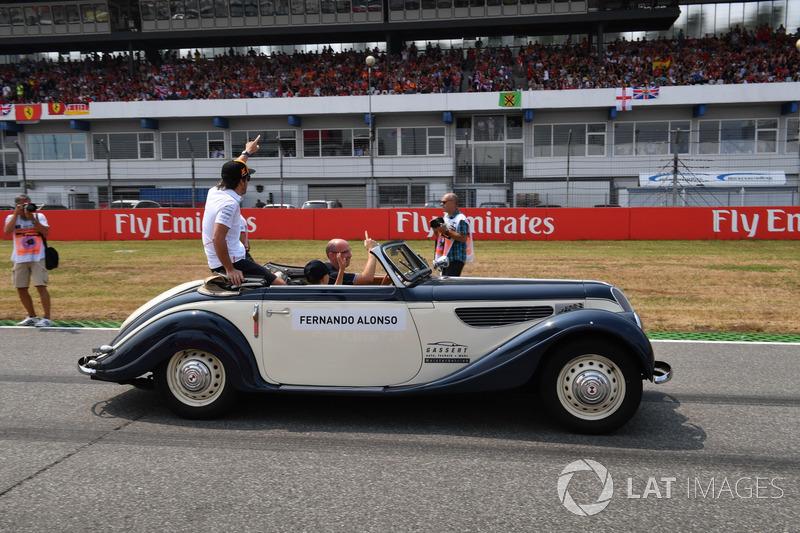 Fernando Alonso, McLaren, mengikuti parade pembalap