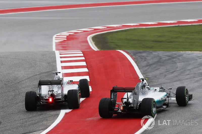 Lewis Hamilton, Mercedes F1 W06 Hybrid, ve Nico Rosberg, Mercedes F1 W06 Hybrid, ilk virajda liderli