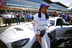 Гонщик McLaren Фернандо Алонсо и автомобиль безопасности