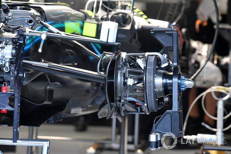 Detalle del freno delantero y conector de la rueda del Mercedes-AMG F1 W09