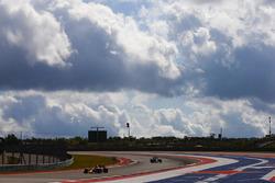 Max Verstappen, Red Bull Racing RB13, Kevin Magnussen, Haas F1 Team VF-17
