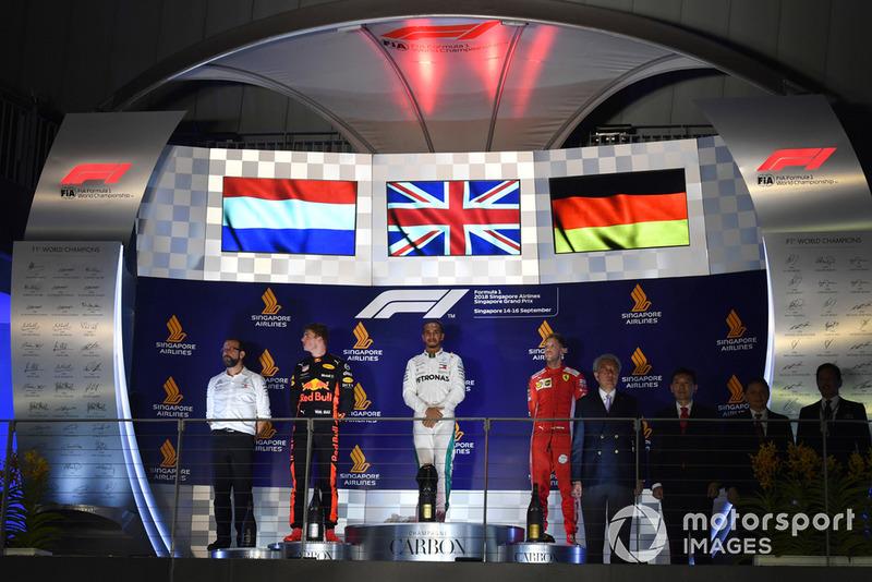 Гран Прі Сінгапуру. Подіум: Льюіс Хемілтон, Макс Ферстаппен, Себастьян Феттель