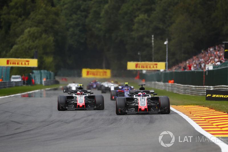 Romain Grosjean, Haas F1 Team VF-18, di depan Kevin Magnussen, Haas F1 Team VF-18