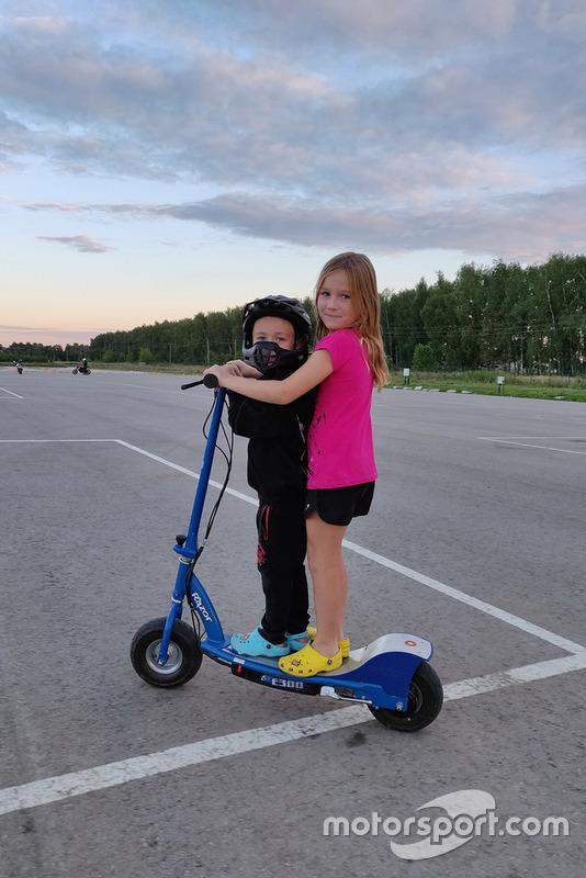 Тимур Кулєшов із уболівальницею