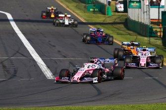 Sergio Perez, Racing Point RP19, precede Lance Stroll, Racing Point RP19, Carlos Sainz Jr., McLaren MCL34, e Daniil Kvyat, Toro Rosso STR14