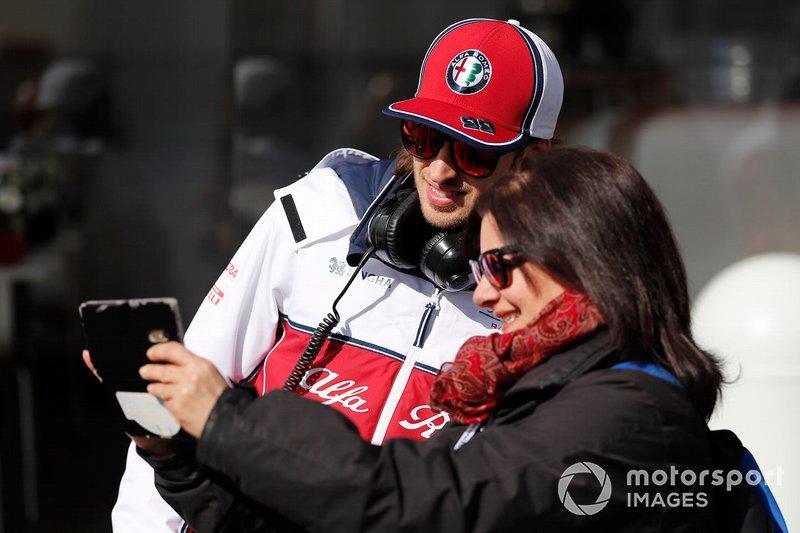 Antonio Giovinazzi, Alfa Romeo Racing avec un fan