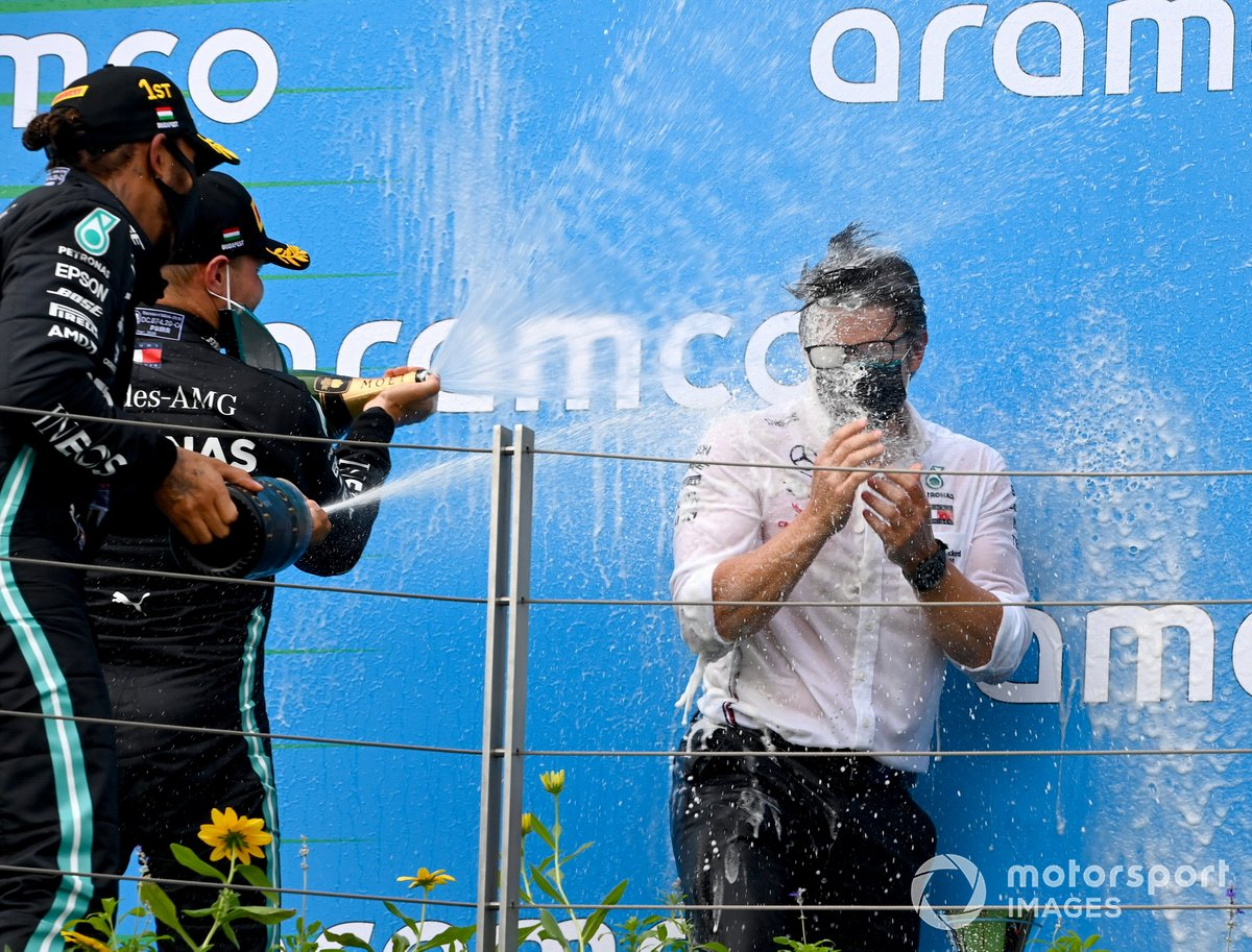 Valtteri Bottas, Mercedes-AMG Petronas F1, 3rd position, and Lewis Hamilton, Mercedes-AMG Petronas F1, 1st position, Peter Bonnington, Race Engineer, Mercedes AMG, on the podium
