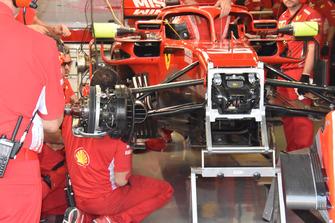 Vue détaillée d'une roue et d'une suspension de la Ferrari SF71H