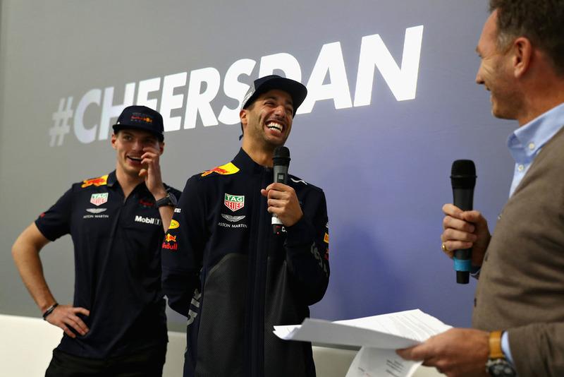 Max Verstappen, Red Bull Racing, Daniel Ricciardo, Red Bull Racing, e Christian Horner, Team Principal, Red Bull Racing, parlano al team Red Bull Racing