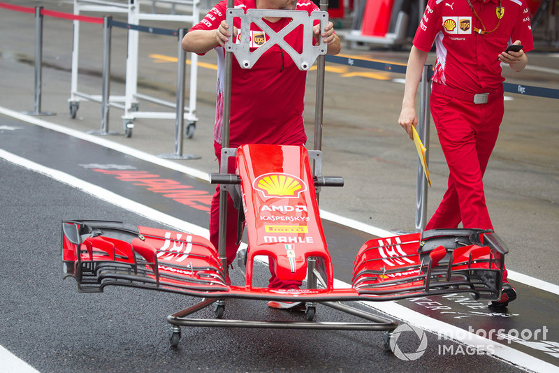 Механіки Ferrari везуть нове антикрило Ferrari SF71H з новою лівреєю