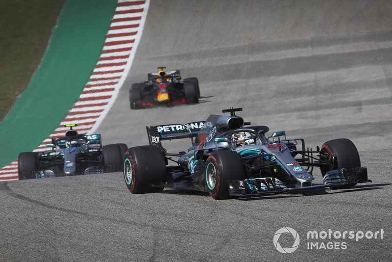 Lewis Hamilton, Mercedes AMG F1 W09 EQ Power+, delante de Valtteri Bottas, Mercedes AMG F1 W09 EQ Power+, y Daniel Ricciardo, Red Bull Racing RB14