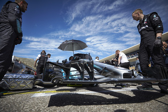 Mechanics on the grid with the car of Valtteri Bottas, Mercedes AMG F1 W09 EQ Power+