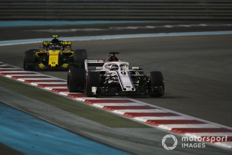 Marcus Ericsson, Sauber C37 y Carlos Sainz Jr., Renault Sport F1 Team R.S. 18