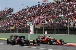 Карлос Сайнс мл., Scuderia Toro Rosso STR11 и Кими Райкконен, Ferrari SF16-H - борьба за позицию