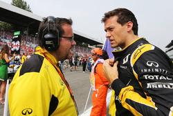 Джолион Палмер, Renault Sport F1 Team и Жюльен Симон-Шотемп, гоночный инженер Renault Sport F1 Team